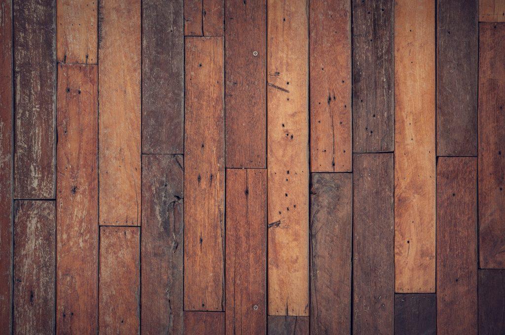 Een houten vloer leggen